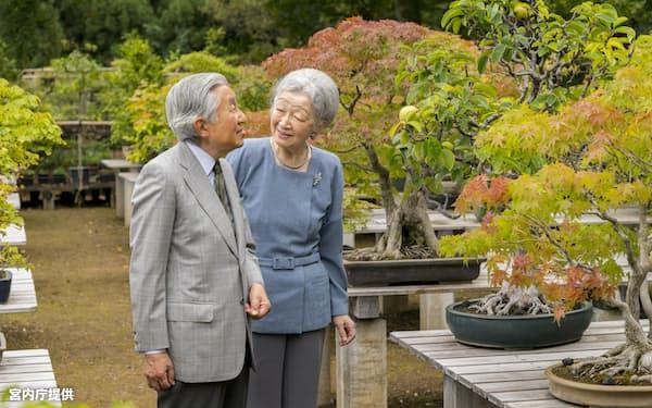 83歳を迎えた皇后さまと天皇陛下(9月27日、皇居内)=宮内庁提供