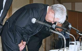 記者会見で頭を下げる神戸製鋼所の川崎会長兼社長(手前)