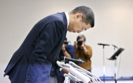 記者会見で頭を下げる日産の西川社長(19日午後、横浜市)