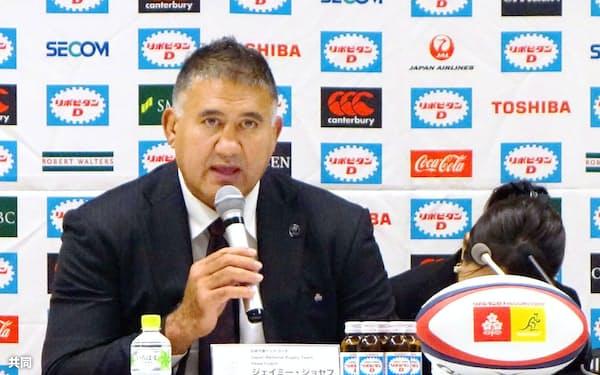 日本代表戦のメンバーを発表するジョセフ・ヘッドコーチ(19日、東京都新宿区)=共同