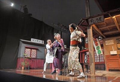 「ことの葉こよみ」の野外公演のリハーサルの様子(大阪市中央区)