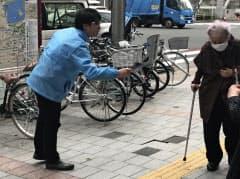 チラシを配る立憲民主の陣営(18日、東京・上野)