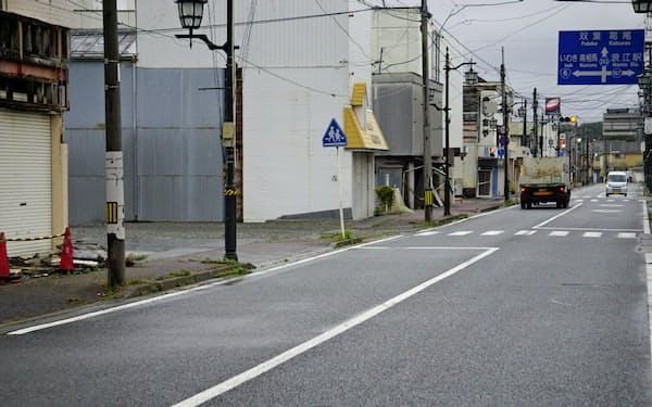 福島県浪江町の中心街。人通りはほとんどなく、シャッターが下りた店舗や空き地が目立つ(13日)