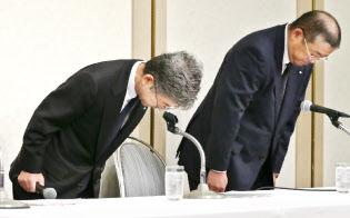 記者会見で頭を下げる神戸製鋼所の梅原副社長(左)ら(20日午後、東京都港区)