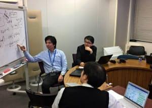 谷口教授(右奥)を社員として採用したことで社内の議論が活発化した
