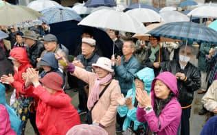 雨のなか街頭演説を聞く有権者(21日午前、千葉市中央区)