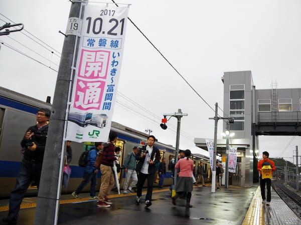 JR富岡駅の再開後、初めてホームに到着した普通電車(21日朝、福島県富岡町)