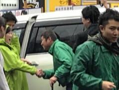 小池氏と同じ緑でまとめた希望陣営(21日午前、埼玉県・南越谷駅前)