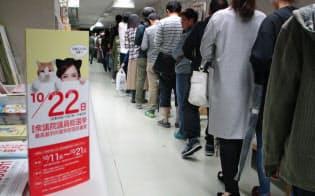 期日前投票所では有権者の行列が続いた(21日、名古屋市千種区)