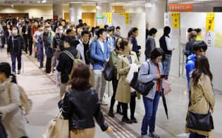 仙台市の商業施設に設けられた期日前投票所の長い列(21日)