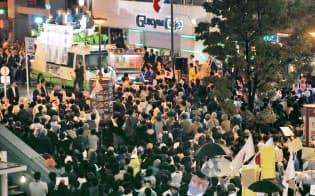 選挙戦最終日に街頭演説を聞く有権者ら(21日午後、東京都千代田区)=一部画像処理しています