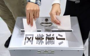 衆院選で投票する有権者(22日午後、大阪市福島区)