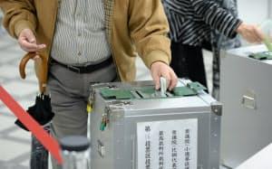 衆院選で投票する有権者(22日午前、東京都江東区)