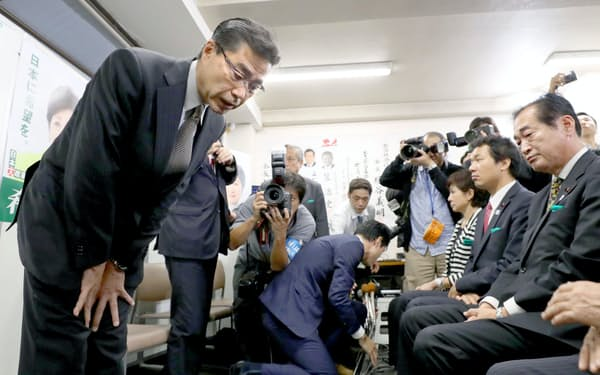 東京10区で敗北し、支援者に頭を下げる希望の党の若狭勝氏(23日未明、東京・池袋)