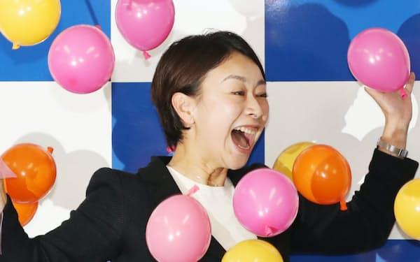 当選が確実になり、喜ぶ山尾志桜里氏(23日未明、愛知県長久手市)