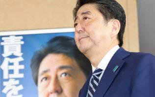 総裁室を出る安倍首相(23日未明、自民党本部)