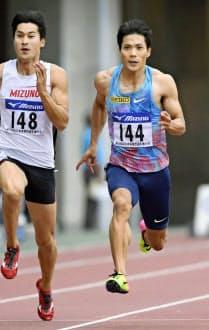 9月の全日本実業団対抗選手権では飯塚(左)らを引き離し、日本歴代2位の10秒00で優勝した=共同