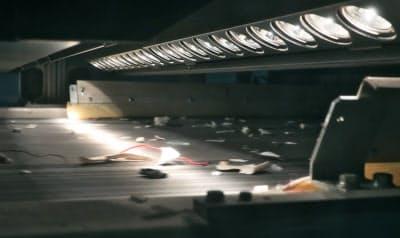 高速で流れるプラスチック片にハロゲン光を当てる。反射光を測って種類ごとに選別する