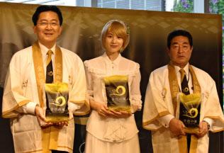 東京の百貨店で「金色の風」を売り込む岩手県の達増拓也知事(左)や女優の、のんさん(中央)