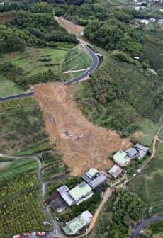 和歌山県紀の川市で住宅に土砂が流れ込んだ現場(23日午前)=共同