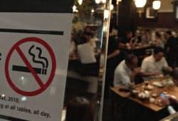 飲食店は原則禁煙としつつ、既存の小規模店は「分煙」などと表示すれば喫煙を認める