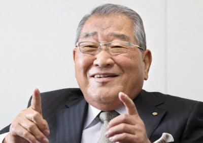 つじもと・けんぞう 1940年奈良県橿原市生まれ。県立畝傍高を卒業後、叔父の菓子卸を継ぐ。ピンボールなどのレンタルやブームとなった「スペースインベーダー」のライセンス販売を手がけた後、83年にカプコン創業。2007年に会長に就き、長男が社長を継いだ。