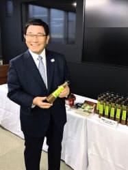 岐阜県が産学官で開発したエゴマドレッシングを手にする古田肇知事(岐阜県庁)