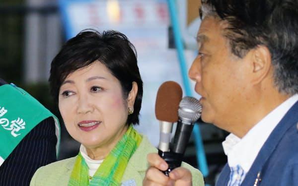 街頭演説する河村名古屋市長(右)と希望の党の小池百合子代表(17日、名古屋市中村区)