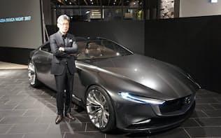 マツダが25日発表した新デザインコンセプト車「ビジョン クーペ」(手前はデザインを統括する前田育男常務執行役員)