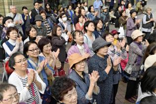 明日の日本を支えるのは有権者である私たち(衆院選の街頭演説を聞く有権者ら。20日午後、福岡市)