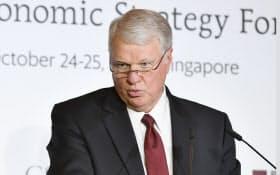 アジア太平洋地政経済学フォーラムで基調講演するゲイリー・ラフヘッド元米海軍作戦部長(25日午前、シンガポール)=柏原敬樹撮影