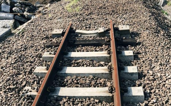 九州豪雨で流失したJR久大線の鉄橋で進められる復旧作業(9日、大分県日田市)