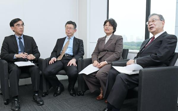 討論する(右から)宮本、呉、津上、興梠の各氏