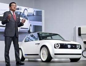 「Honda Urban EV Concept」を発表するホンダの八郷社長(25日、東京都江東区の東京ビッグサイト)