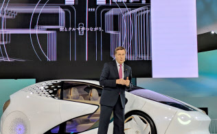 トヨタ自動車が東京モーターショーで出展したコネクテッドカー。車車間のみならずインフラなどとも通信するコンセプトを打ち出している