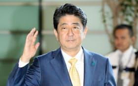 首相官邸に入る安倍首相(26日午前)