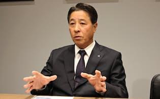26日、インタビューに応じるマツダの小飼雅道社長(東京ビッグサイト)