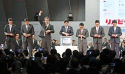 7球団が1位指名で競合した早実高の清宮幸太郎内野手を引き当て、喜ぶ日本ハムの木田優夫GM補佐=左から3人目(26日午後、東京都内のホテル)=共同