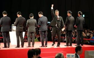 7球団が1位指名で競合した早実の清宮を引き当て、喜ぶ日本ハムの木田優夫GM補佐=共同