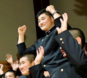 日本ハムから1位指名を受け、チームメートに肩車される清宮=共同