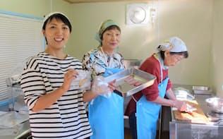 地域おこし協力隊員として東京から移住した井川さん(左)らが未利用魚を加工する(高知県中土佐町)