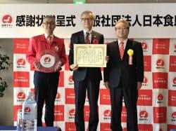 27日、日本食鳥協会(東京・千代田)は国産チキンの消費拡大に貢献をしたとして鳥貴族の大倉社長(中央)に感謝状を贈呈した