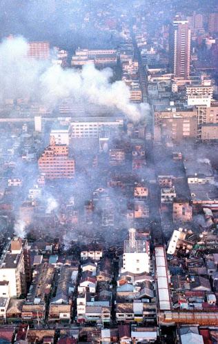 阪神大震災発生から一夜明けてもなお煙を上げ、燃え続ける神戸市長田区のJR新長田駅南側の密集地