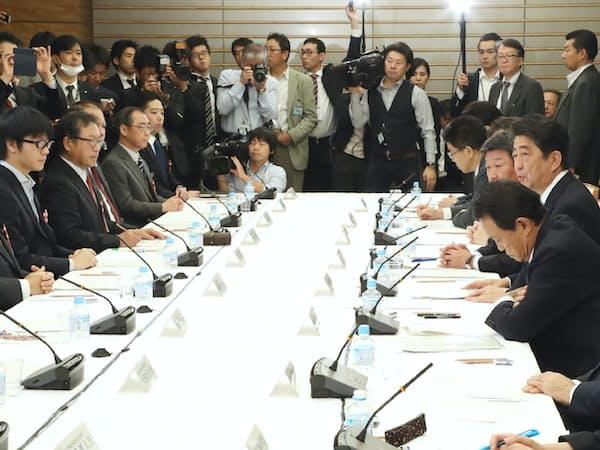 人生100年時代構想会議であいさつする安倍首相(27日午後、首相官邸)