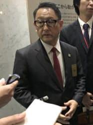 記者団の取材に応じる豊田章男自工会会長代行