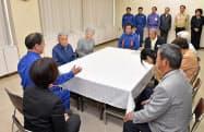 九州北部豪雨の被災者をお見舞いする天皇、皇后両陛下(27日午後、福岡県朝倉市)=代表撮影