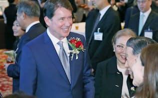 レセプションで歓談するハガティ駐日米大使(左)ら(27日午後、東京都港区)