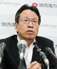 決算発表する岩根社長(27日、大阪市北区)