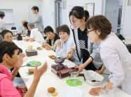近隣住民と会話しながらコーヒーをいれる学生(右から2人目、兵庫県加古川市)