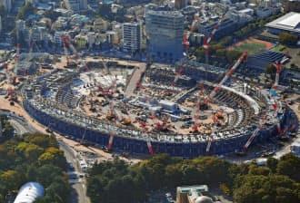 急ピッチで建設が進められる新国立競技場=共同
